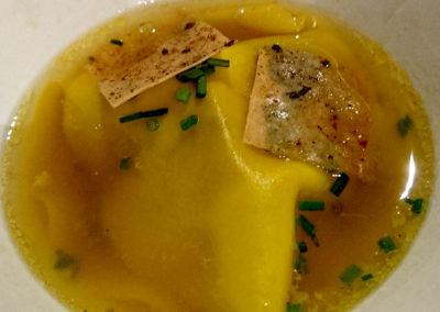 Raviole de foie gras et champignons, bouillon d'anguille fumée