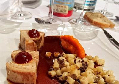 Poitrine de veau cuite longuement en aigre doux, risotto de macaronis aux champignons, purée de carotte à l'orange, jus de veau en vigneronne